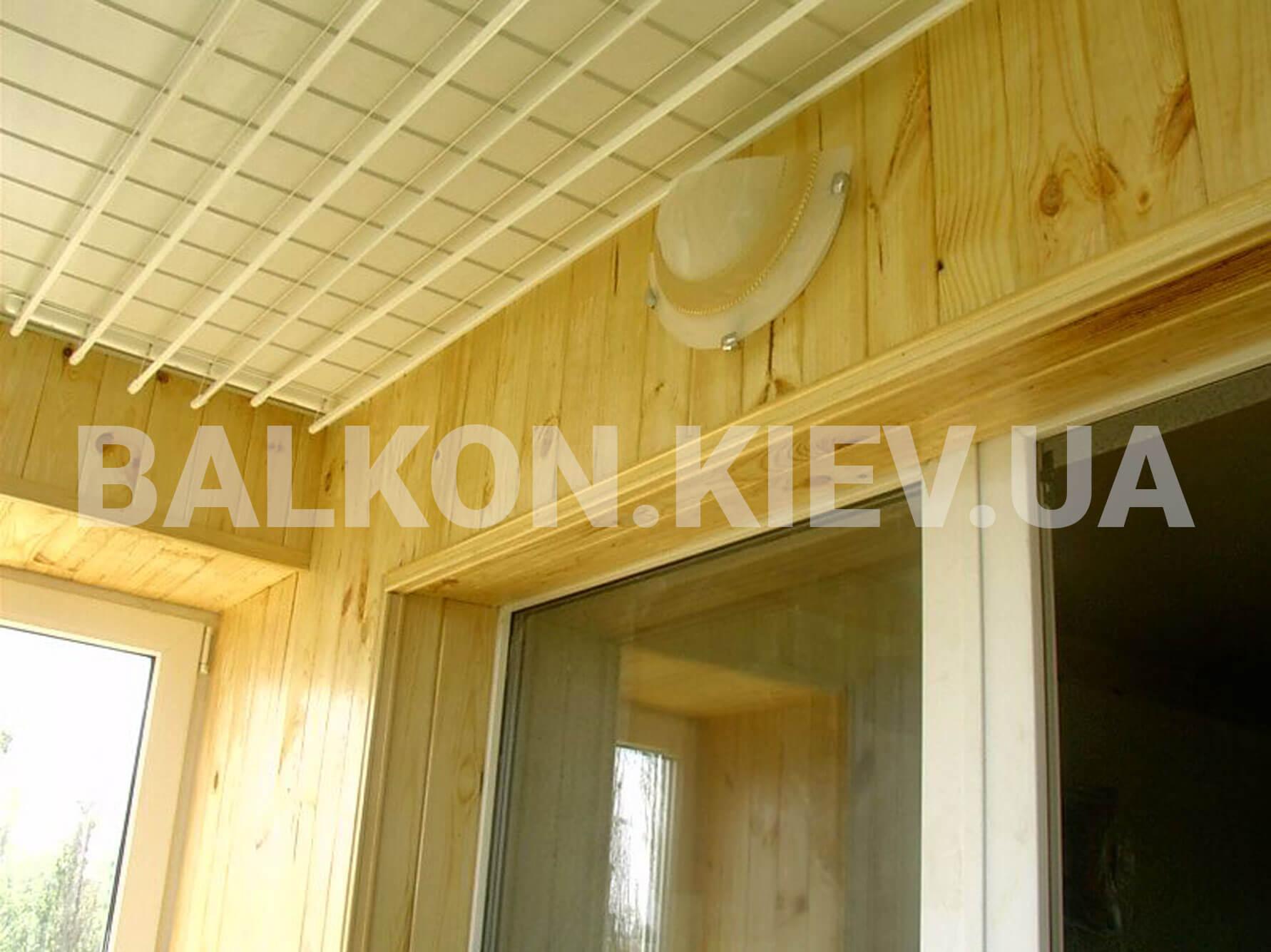Покрытие потолка балкона вагонкой.