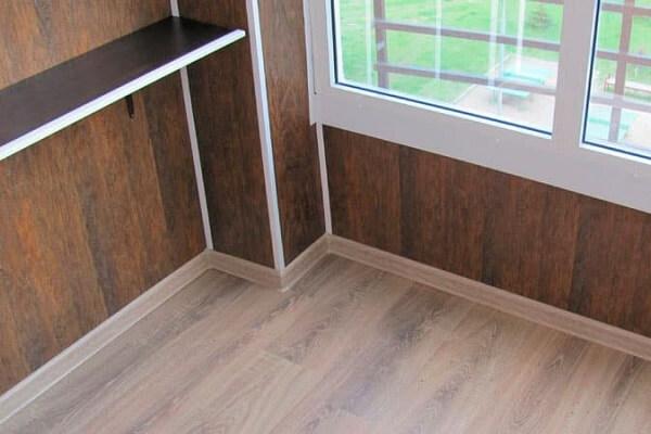 Балкон с ламинированными панелями